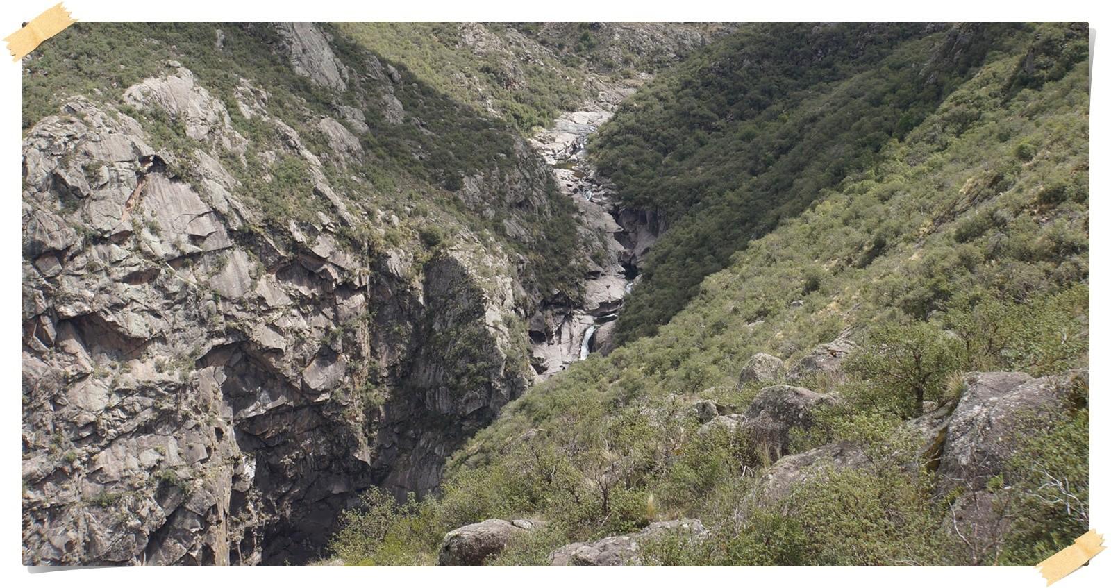 die Schlucht mit Wasserfall