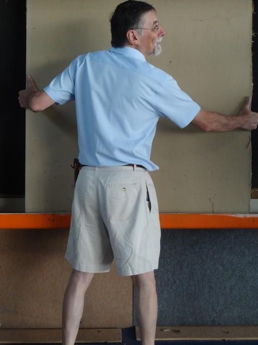 Mise en place par Philippe d'une plaque de fond après découpe