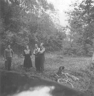 Frau Cornelia Fritz mit einigen Tennisinteressierten bei der Besichtigung ihres Lieblingsplatzes im Seebachtal. Dort sollte bald der erste Tennisplatz gebaut werden.