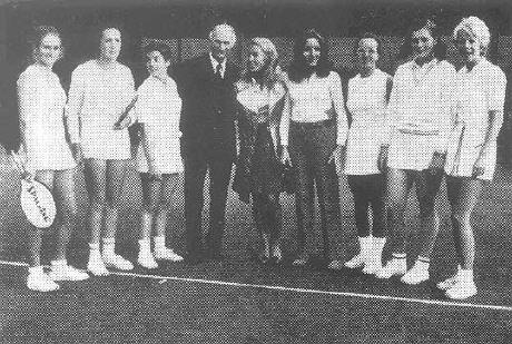 Von links: Helen Amos, Bärbel Drefs, Edith Winkens, Clubpräsident Georg Fritz, Cornelia Fritz, Barbara Beurer, Kristine Schuster, Heidi Eisterlehner, Iris Heinz.