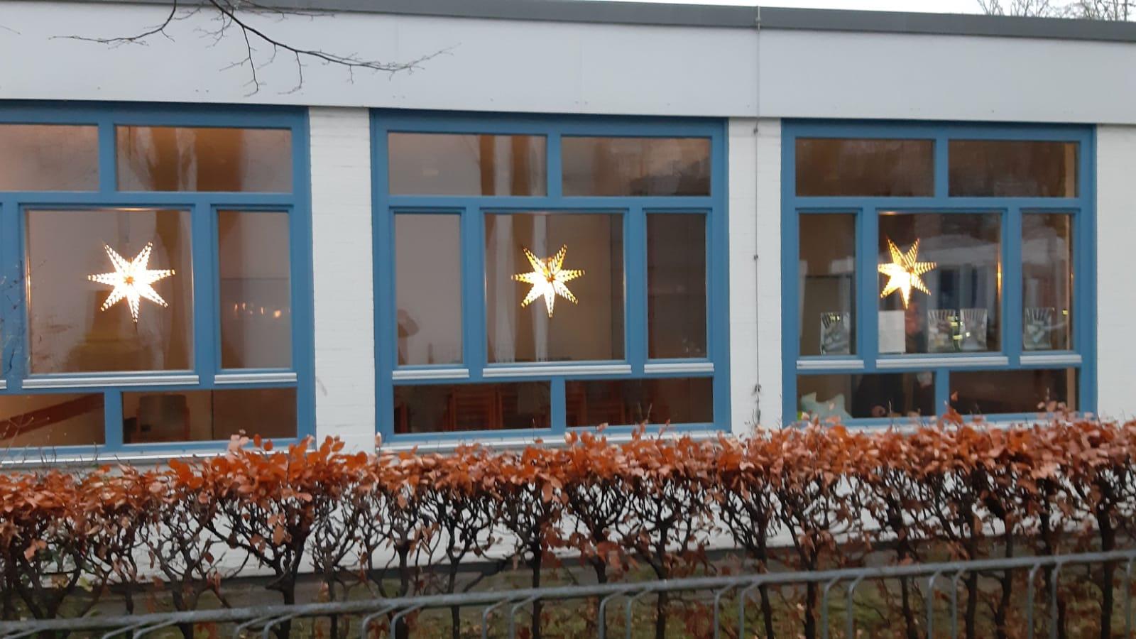 Basar to go - die Fenster am Gemeindezentrum sind hell erleuchtet