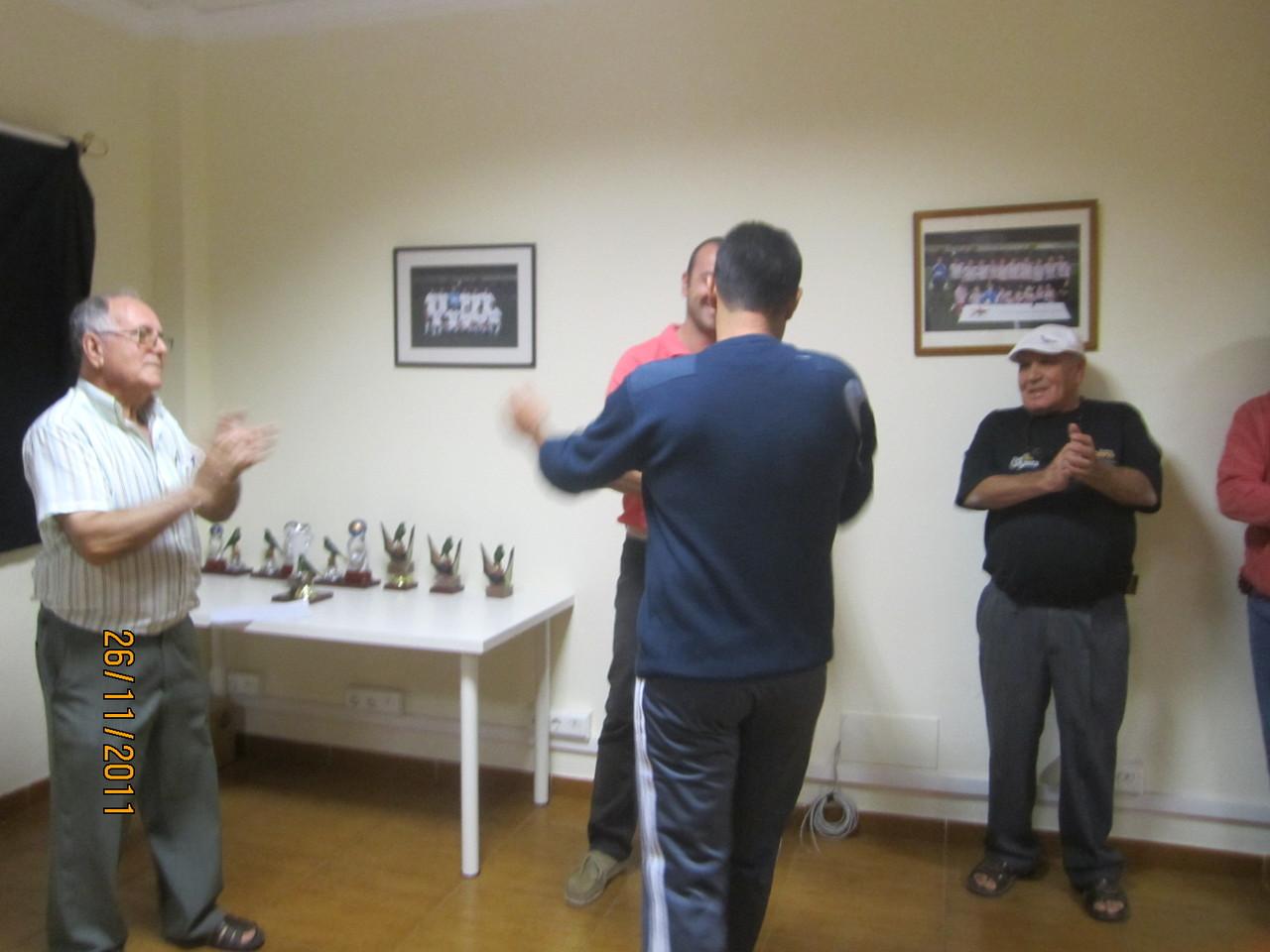 Simón Acosta recibe uno de los premios