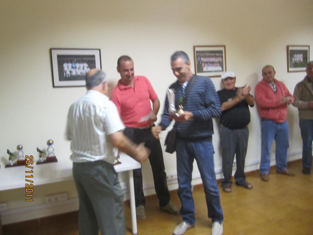 Carlos León recibiendo uno de los premios