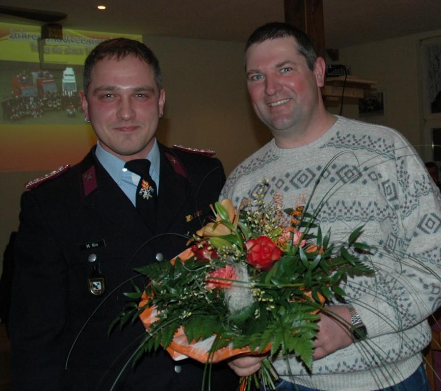 Michael Nix bedankt sich bei Stadtarbeiter Roland Grube (Foto V. Langner)