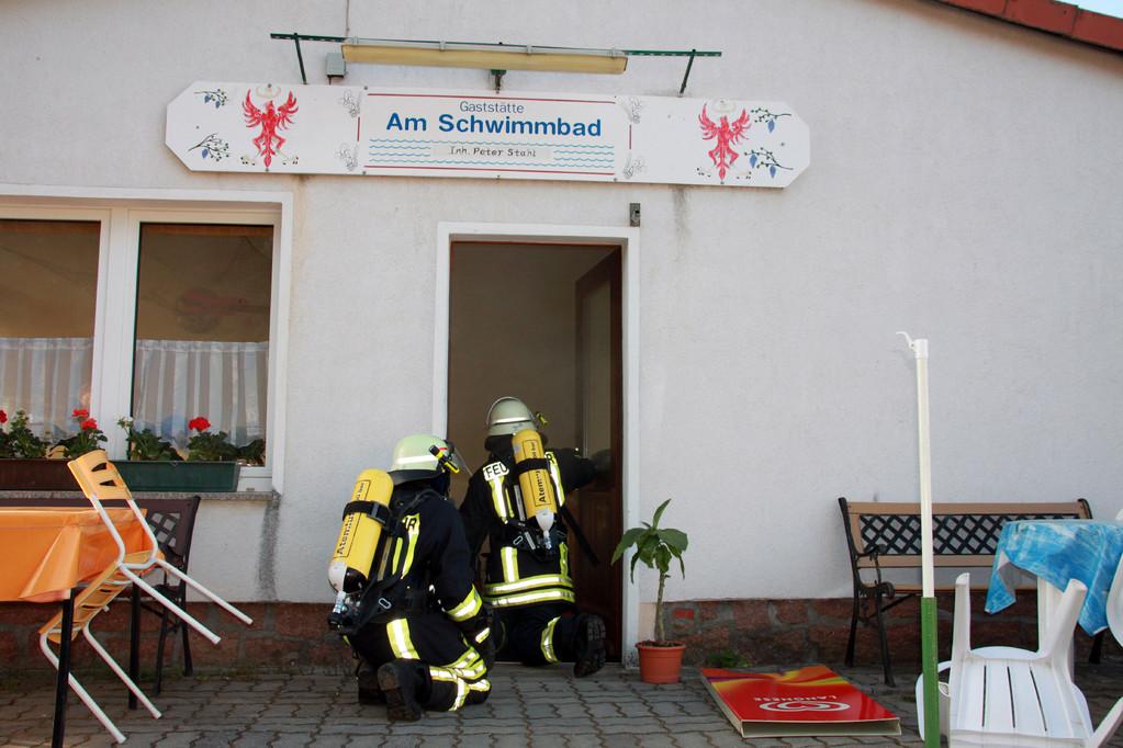 Glück im Unglück: Kurz nach dem Eindringen in das Gebäude konnte der Angriffstrupp melden, dass kein Feuer vorhanden war.