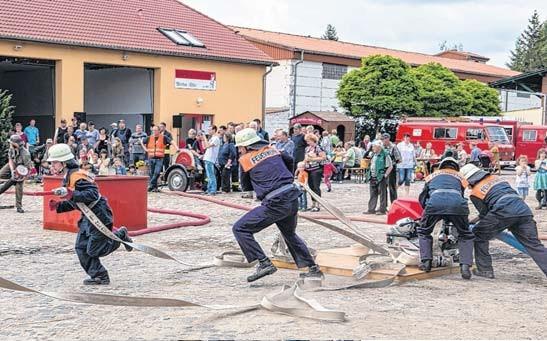 Die Nachwuchs-Feuerwehrleute der Wehren Arneburg und Giesenslage zeigten am Kindertag, wie ein richtiger Löschangriff abläuft.