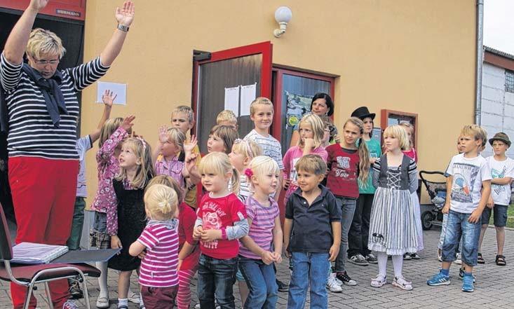 Kinder von Tagesstätte und Hort Werben boten ein kleines Unterhaltungsprogramm. Fotos: Frank Schmarsow
