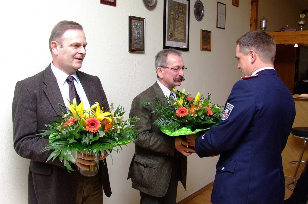 Wehrleiter Michael Nix bedankt sich bei VerbGem BM Eike Trumpf und BM der HS Werben Dr. Volkmar Haase mit Blumen
