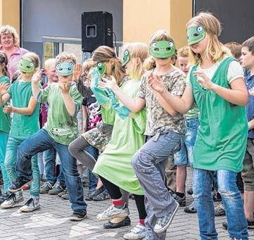 Als Frösche verkleidet tanzten und sangen die Werbener Grundschüler für die vielen Gäste am Sonnabend.