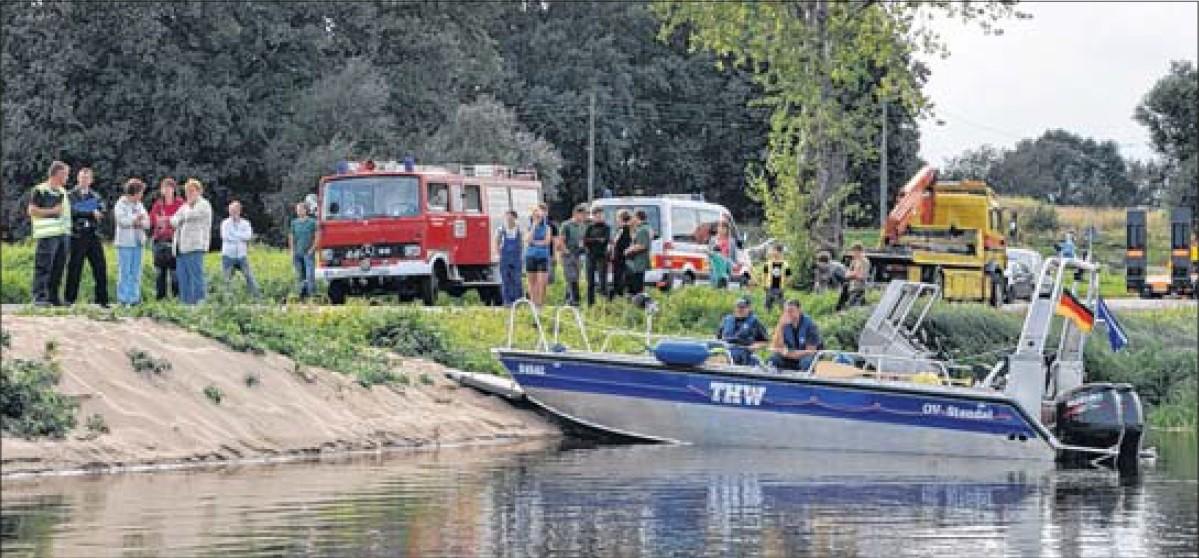 Einsatzkräfte und Verantwortliche von Wasserschutzpolizei, Feuerwehr, Wasser- und Schifffahrtsamt sowie Verbandsgemeinde hoffen, dass die Bergungsaktion erfolgreich endet.