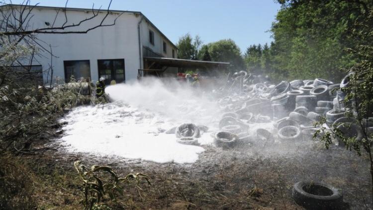 Vermutlich ein abgerissenes Kabel an einer Trafostation sorgte an der Bertkower Straße in Goldbeck für einen Flächenbrand, der auf das Altreifenlager des benachbarten Autohauses übergriff und schnell zu einer größeren Gefahr hätte werden können.