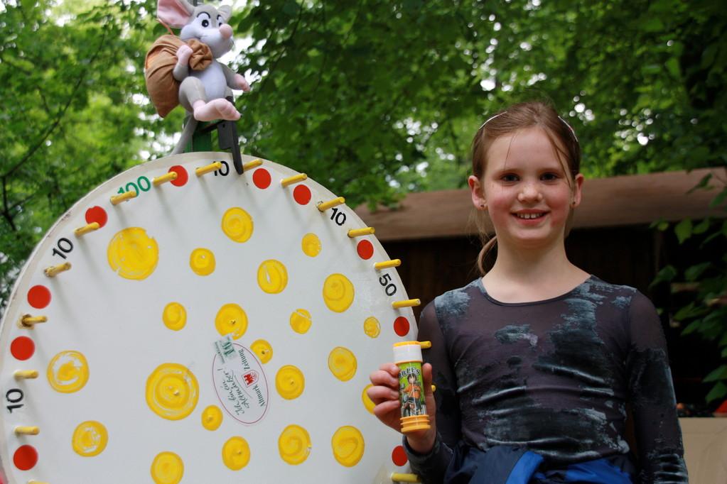 Hulda Bachmann (9) ist extra aus Wendemark angereist, um sich das Spektakel der 130-Jahrfeier nicht entgehen zu lassen. Ohne Präsent wird sie dieses Fest auch nicht mehr verlassen, denn für 101 Punkte am Glücksrad durfte sich sich etwas aus der großen Übe