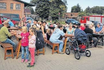 Vor dem Gerätehaus der Feuerwehr am alten Bahnhof erlebten viele Besucher einen gemütlichen Nachmittag und Abend.