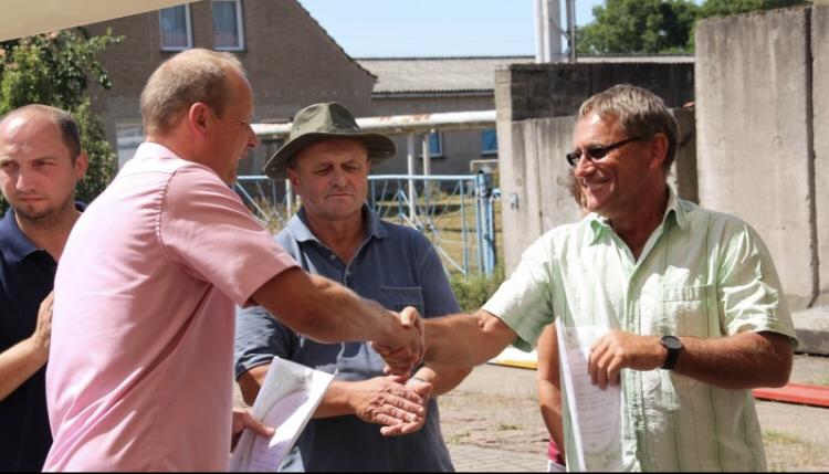 Werbens Bürgermeister Bernd Schulze und Idens Gemeindechef Norbert Kuhlmann überreichten Spenden zur Unterstützung des Festes.