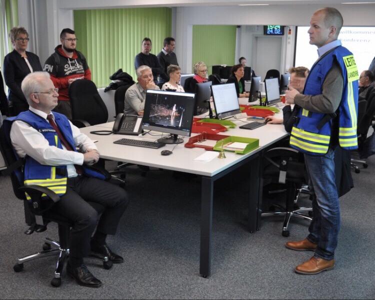 Sebastian Stoll (rechts), Leiter des Katastrophenschutzstabes in Stendal, erklärt, wie sein Team im Ernstfall arbeitet. Das Beispiel: Orkanböen und ein entgleister Zug in der Altmark.Foto: Mike Kahnert