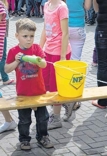 Schon die Jüngsten konnten sich bei Löschspielen mit kleinen Wasserpistolen als zukünftige Feuerwehrleute beweisen