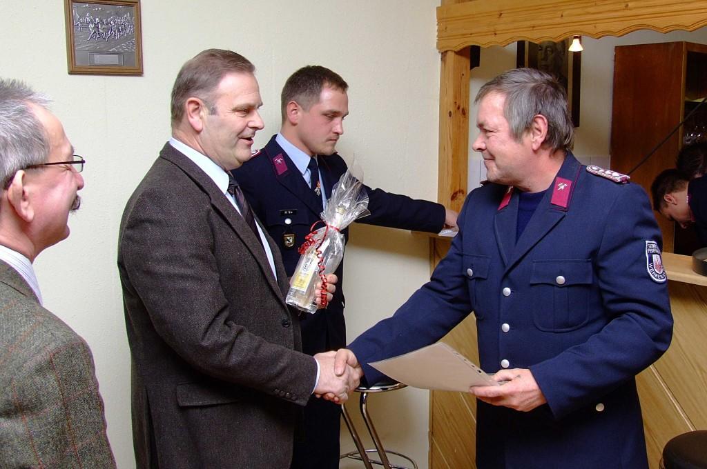 Kamerad Wolfgang Knakowski (l.) erhielt für 30 Jahre Mitgliedschaft in der FFw Werben die Anstecknadel der Stufe 3 überreicht