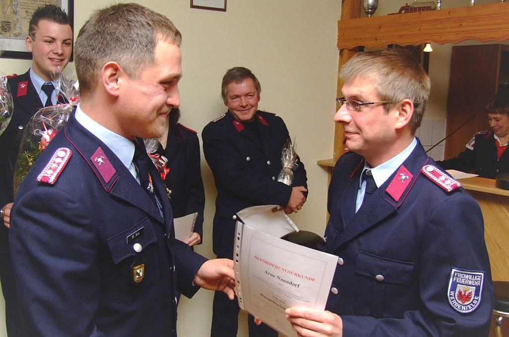 der stellv. WL Arne Naundorf (l.) wird zum Hauptlöschmeister befördert