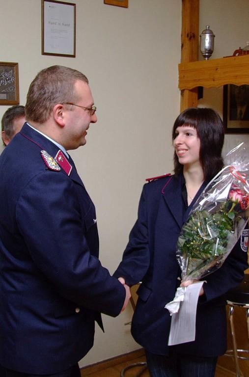 Kamerdin Kristine Scheffler wurde zur Feuerwehrfrau befördert, auch AL Ronny Hertel gratulierte