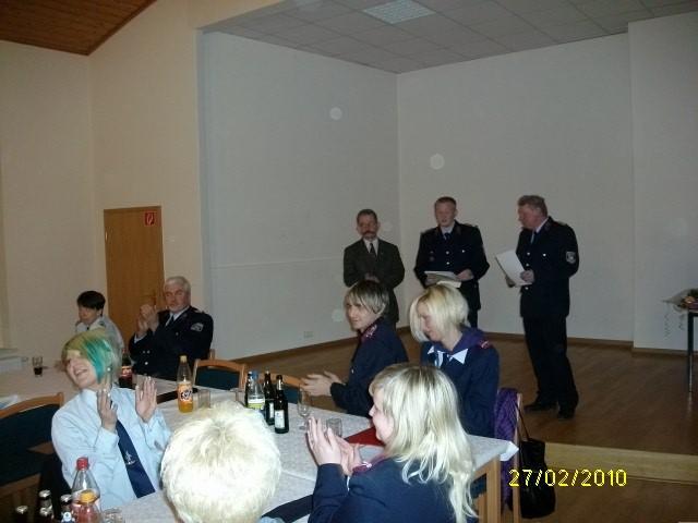 nahmen die Ehrungen vor, VerbGemBM Eike Trumpf, Behrendorfs Wehrleiter Johannes Schäfer und dessen Stellvertreter Lothar Haß