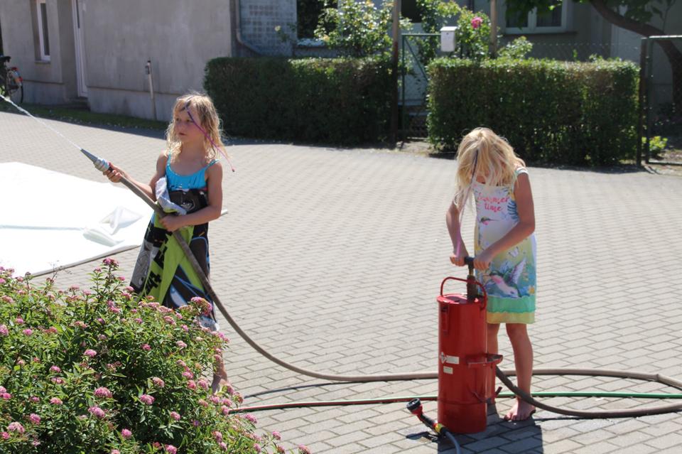 Die Kübelspritze zog die Kinder an. Sie zielten aber lieber auf sich selbst als auf Büchsen. Fotos: Jörg Gerber