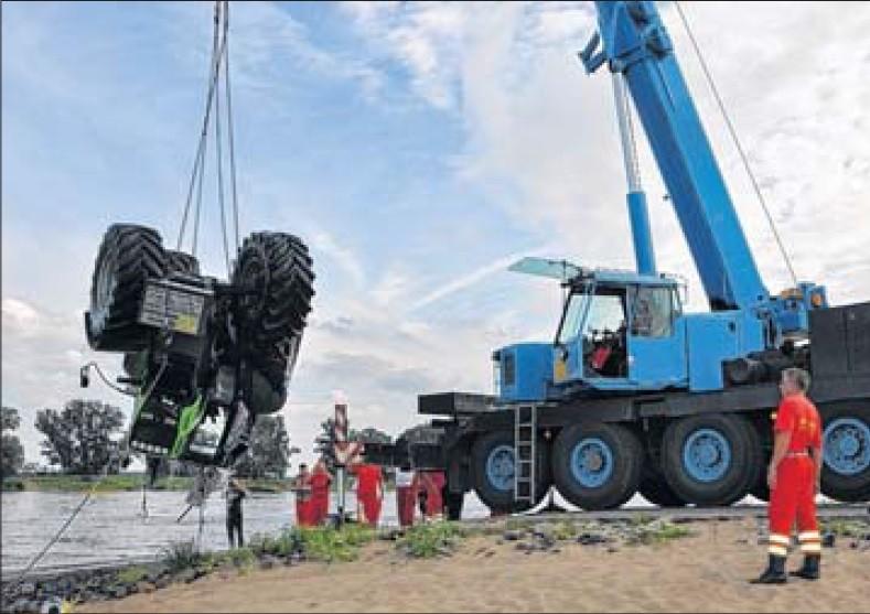 Erst mit schwerem Gerät konnten die Helfer die versunkene Zugmaschine aus dem Wasser bergen.