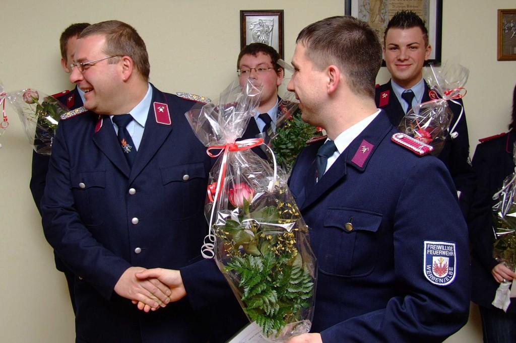 Jugendwart Franz Diedrichs (l.) wurde zum Löschmeister befördert
