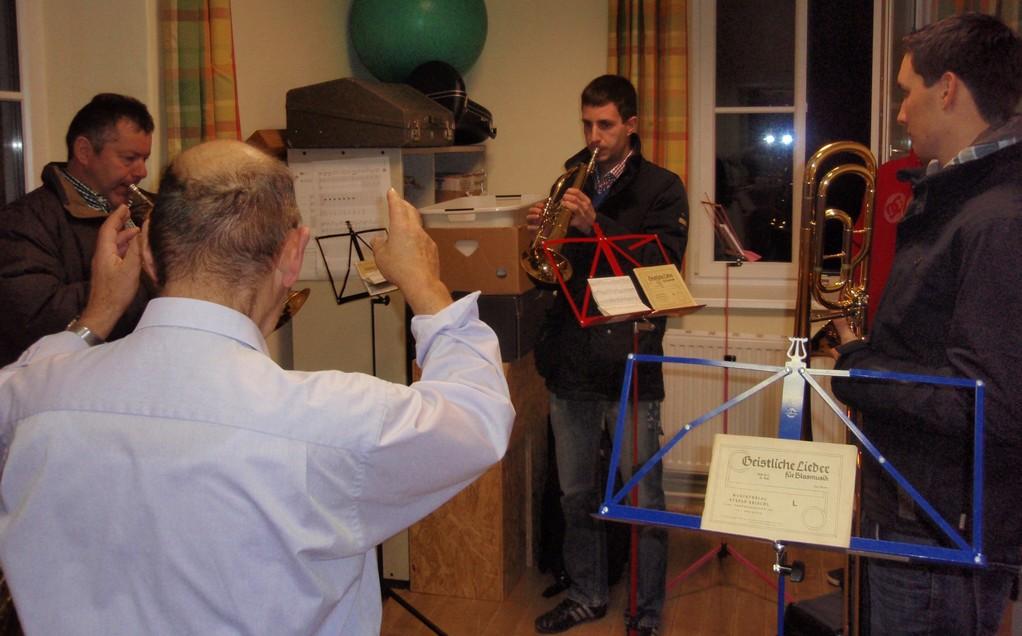 Langjährige Tradition - eine kleine Gruppe spielt Weihnachtslieder vor der Christmette am 24. Dezember