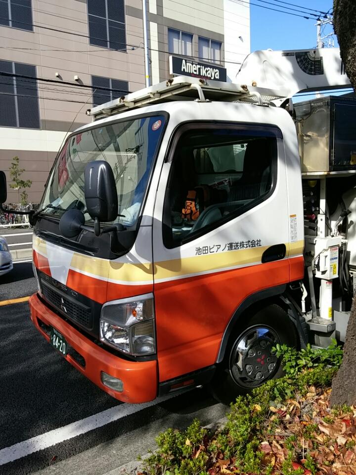 池田ピアノ運送さんのトラックはオレンジ帯のトラック