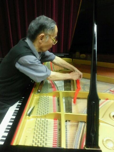 先代 神戸清士調律技師 河合楽器製作所の舞阪工場でピアノの製作に携わり、河合楽器の調律技師を経て独立、弊社の創業者であり私の師匠です。師匠は心底、技術を授けていただいた河合楽器製作所に感謝している、根っからの河合ピアノファンです。