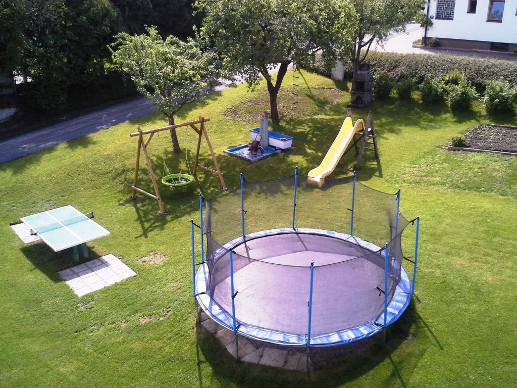 Großer Garten mit Spielplatz