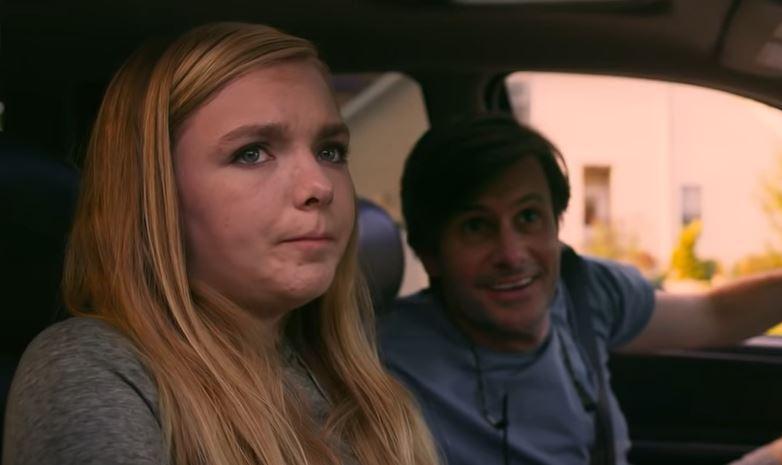 """Kayla (Elsie Fisher) in """"Eighth Grade"""" ist ihr Dad  Mark (Josh Hamilton) peinlich (Screenshot Trailer)"""