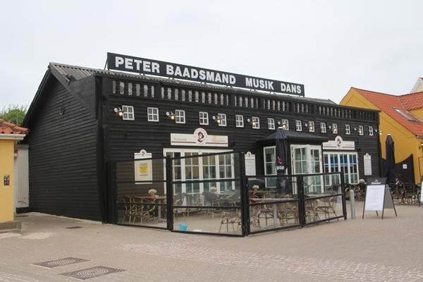 Wer in Løkken Station macht, sollte hier ein Bierchen trinken