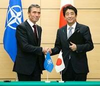 共同政治宣言に署名し、握手する安倍晋三首相(右)とNATOのラスムセン事務総長。宣言は、北朝鮮の挑発行為や中国の海洋進出などで大きく変化する東アジアの安全保障環境を踏まえた=15日(時事通信)