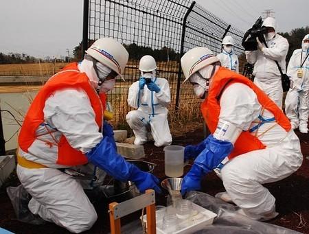 中間貯蔵施設の候補地で、ため池から水質調査用の水を集める調査員=福島県大熊町で2013年4月23日、神保圭作撮影