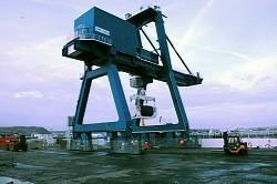 フランス北西部シェルブール港で、専用輸送船に積み込まれるMOX燃料のコンテナ=2013年4月17日午前9時半、宮川裕章撮影
