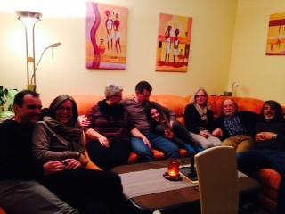 Meggo, Petra, Brigitte, Armin, Mona, Doro, Mani und Horst - war das ein witziger Abend, hier im Wohnzimmer von Brigitte und Armin.