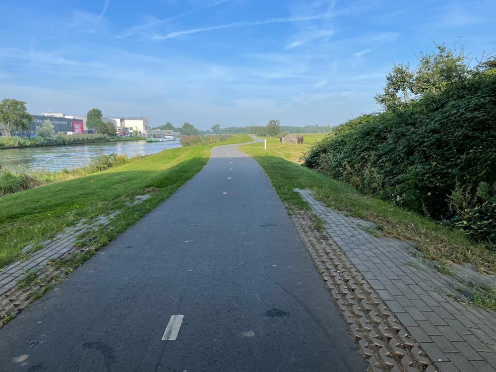 Einer der typischen Fahrradwege ohne Autosr...da hab ich sogar den Helm abgenommen.