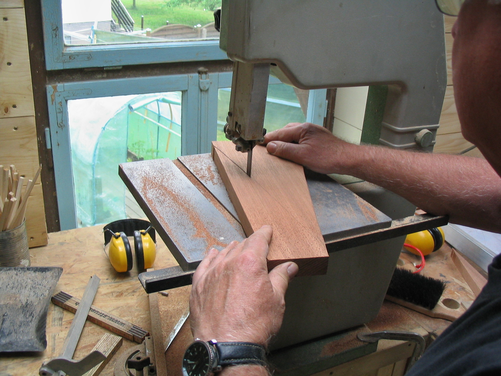 Die Herstellung der Decks. Dies sind nicht einfach dreieckige Holzbrettchen...