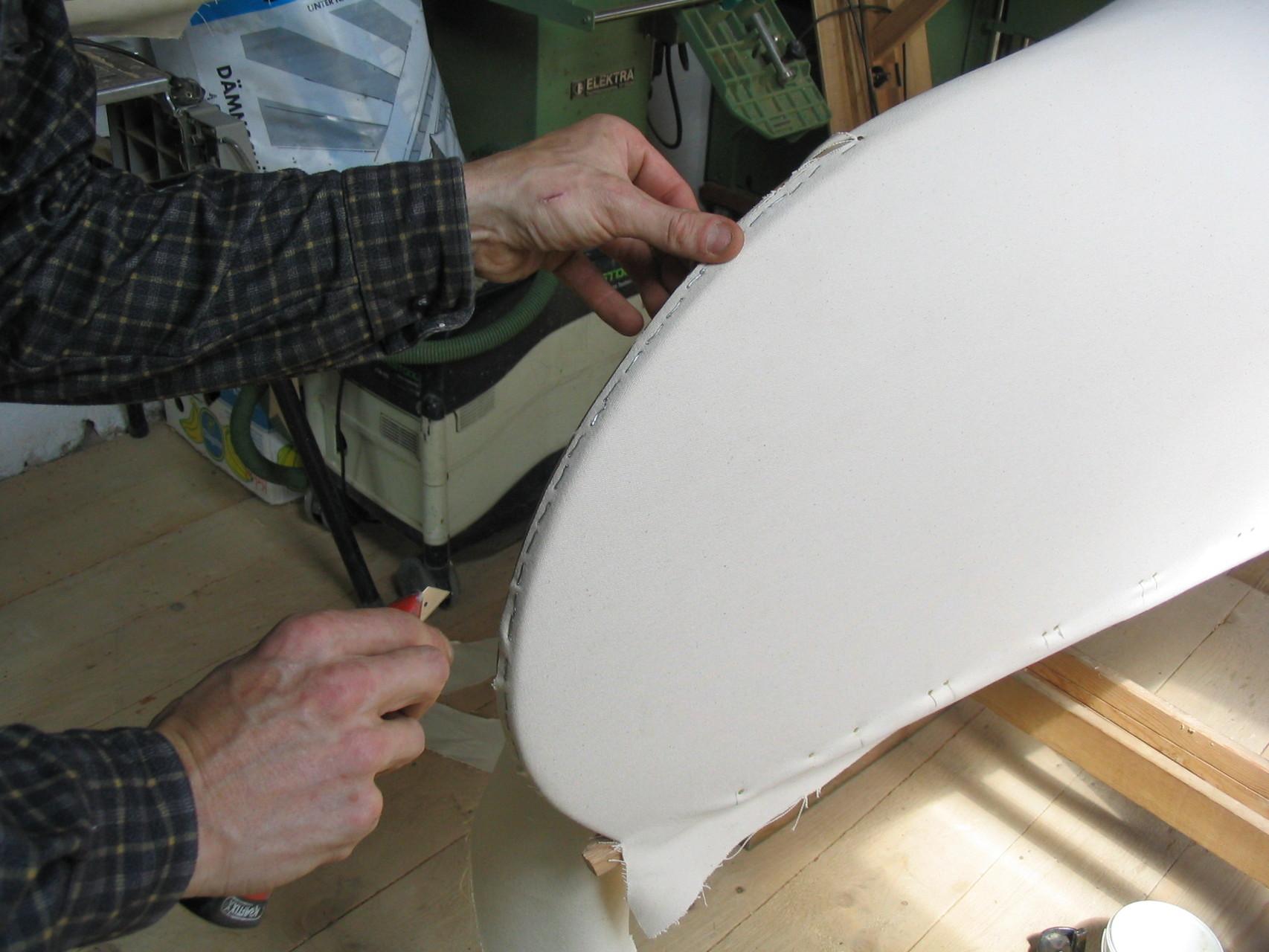 Am Süllrand wird der Canvas festgenagelt und an den Enden mit Edelstahlklammern aufgetackert. Falls der Canvas nach jahrzehntelangem Gebrauch gewechselt werden soll, kann dieser abgenommen und neu aufgezogen werden.