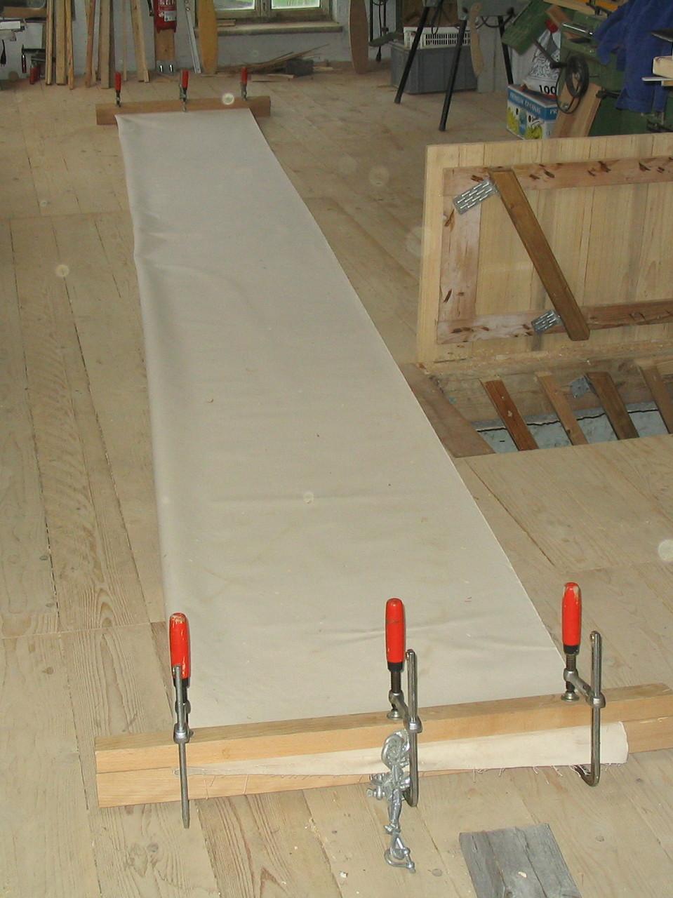Der Canvas (imprägnierte Baumwolle) wird ausgerollt zusammengelegt und festgezwungen.