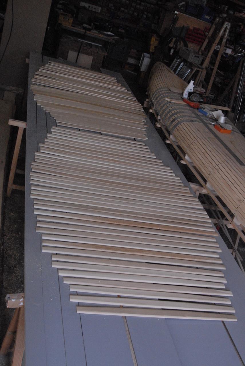 Das Auslegen der Rippen dient dazu, dass sich die Holzfarben gleichmäßig verteilen. Jedes Teil bekommt jetzt einen festgelegten Platz.