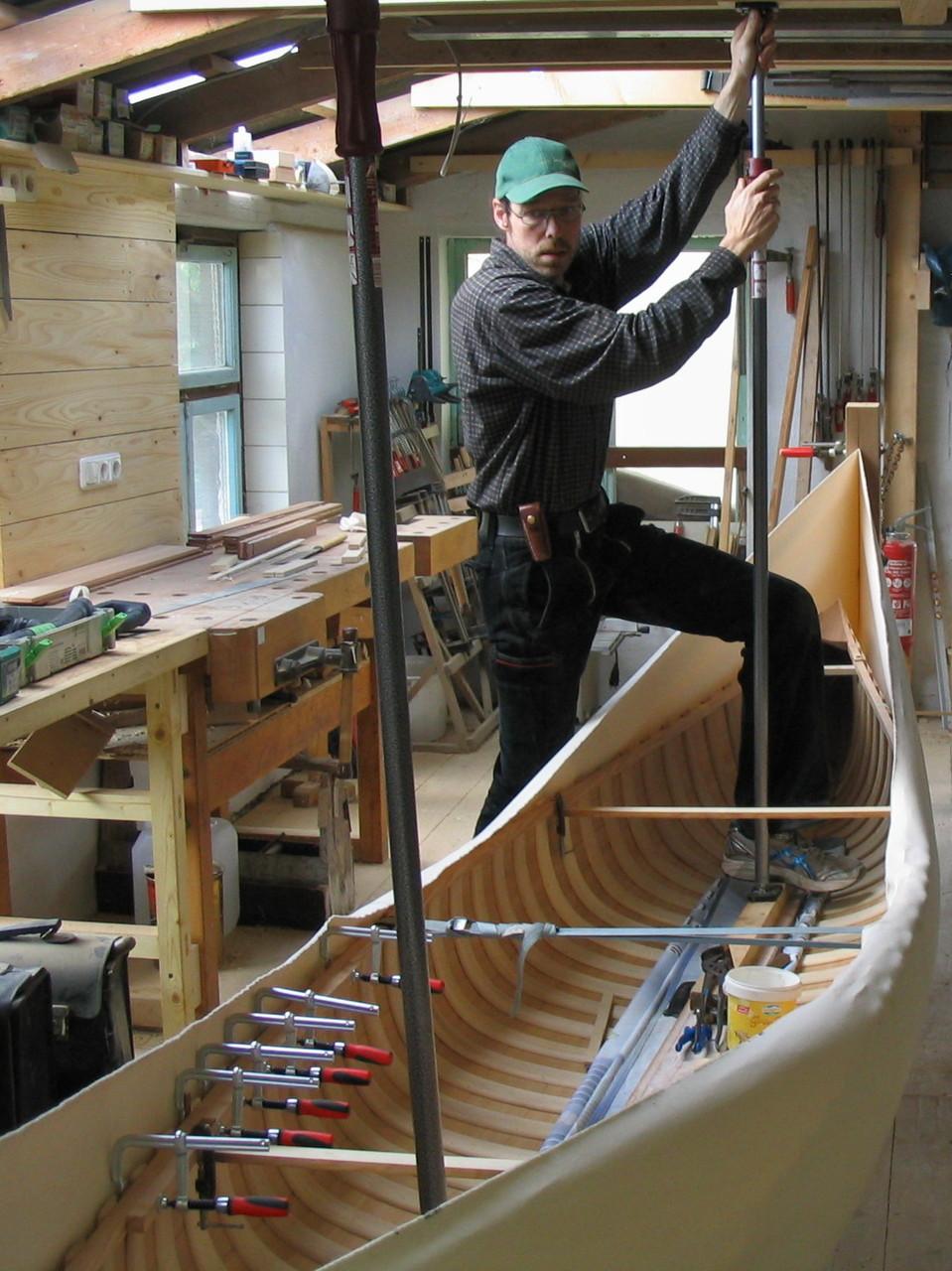 Mit Hilfe eines Drahtseilzuges und verstellbaren Sprießen wird der Canvas um das Kanu gespannt. Die hier auftretenden Kräfte sind enorm. Dies ist wichtig für eine lebenslang glatte Auflage des Stoffes.