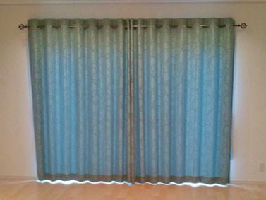 PASAYAの大柄刺繍のハトメカーテン