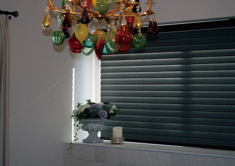 遮光生地の調光スクリーンは、外からの眩しい光をしっかり遮ります。