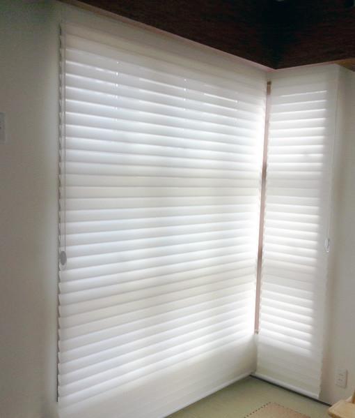 二面のサッシの窓に、調光スクリーンFUGAなら、すっきりと収めることが出来ます。