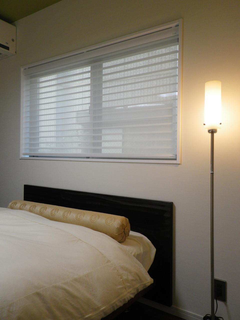 寝室のベットの上の窓に、調光スクリーンで、優しい光を演出