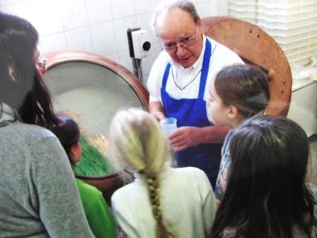 Hans-Jürgen erklärt wie Bonbons hergestellt werden