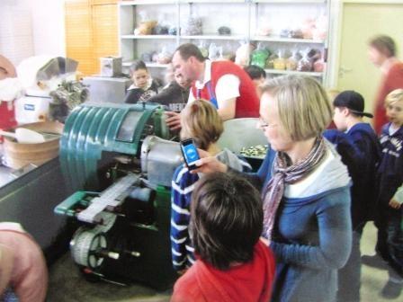 Matthias Graßhoff zeigt die Produktionsmaschinen