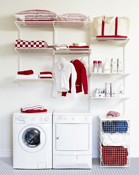Waschküche ausgestattet mit einem Elfa Wandsystem und für die Wäsche ein Korbsystem